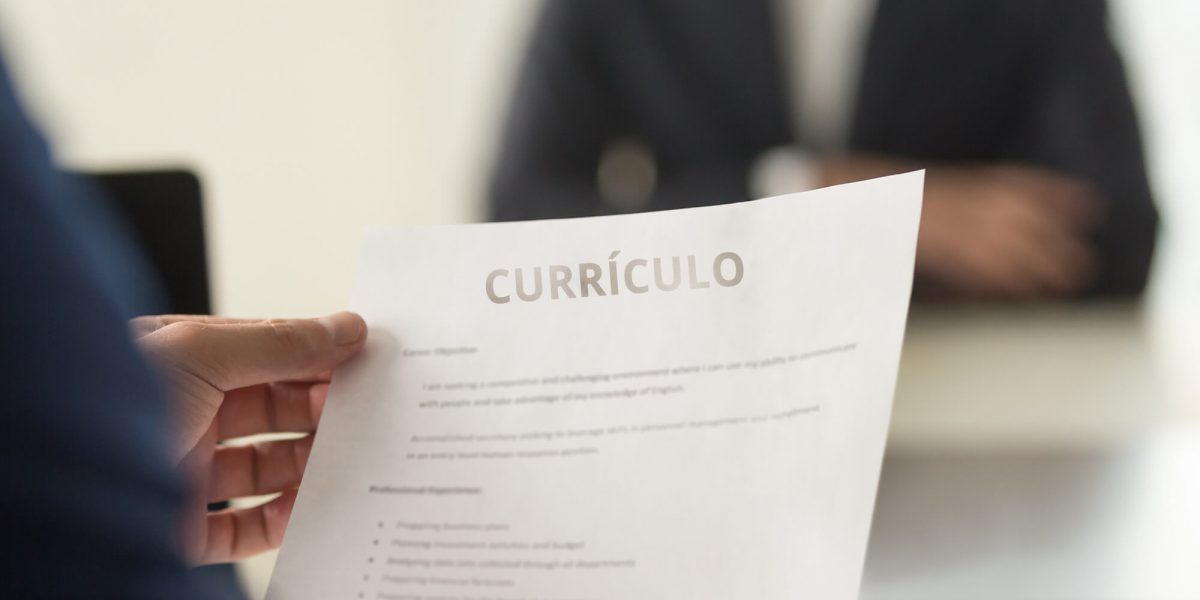 Um curso técnico, em grande parte das vezes, é uma ponte efetiva em quem está procurando uma oportunidade de entrar no mercado de trabalho e as empresas que procuram colaboradores qualificados. Por isso, inserir essa informação de maneira correta no currículo, é crucial.