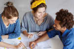 3 jovens em uma mesa de estudo para início das aulas